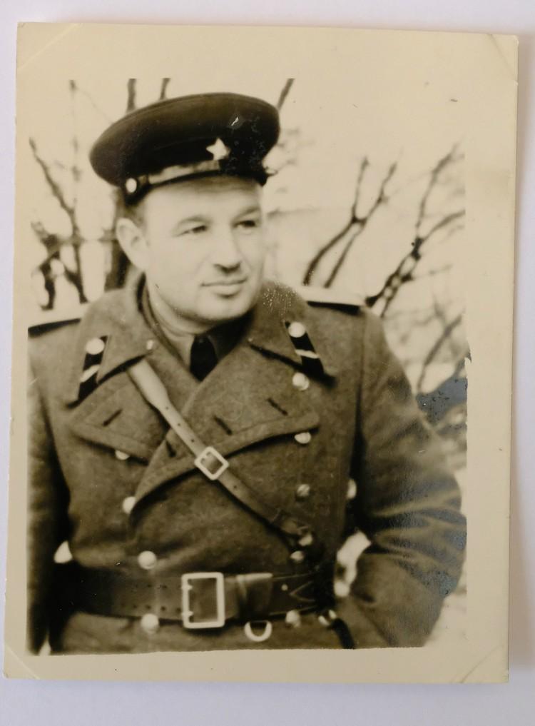 На этом фото Иван Алексеевич в той самой портупее, что теперь стала музейным экспонатом. Фото: Из семейного архива / Пересъемка: Артем КИЛЬКИН