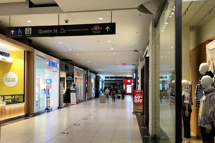 Ограничения вводятся и для торговых центров – делать покупки в них можно будет онлайн, но забирать их придется на улице.