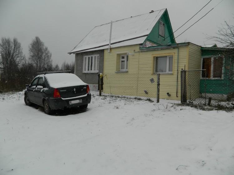 Дом похитителя и его машина. Вскоре после новости об исчезновении ребенка он перестал пускать к себе соседей
