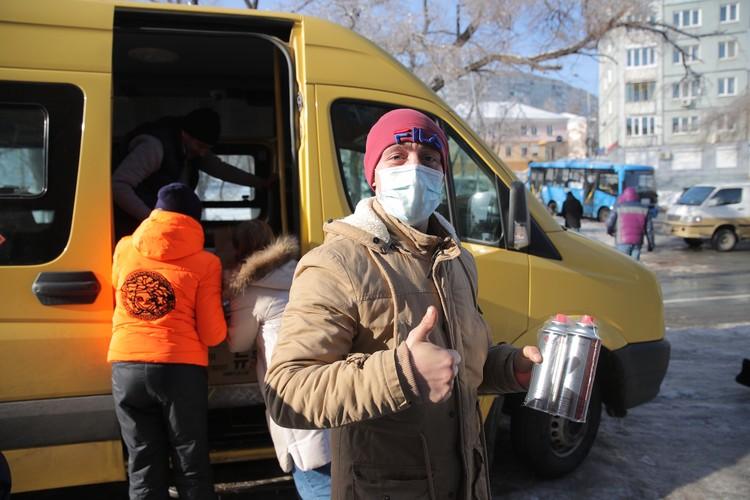 Тем, кто остался без электричества, выдают газовые баллоны. Фото: vlc.ru