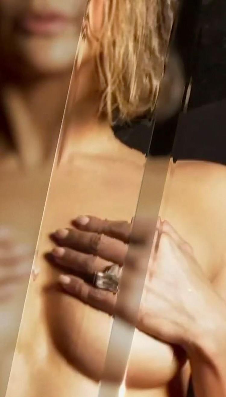 Певица сняла с себя все, оставив на пальце только кольцо с массивным бриллиантом – подарок на помолвку ее жениха. Фото: кадр видео.