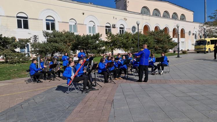 Выступление духового оркестра ПККИ 18 октября на набережной Спортивной гавани. Фото: предоставлено ПККИ