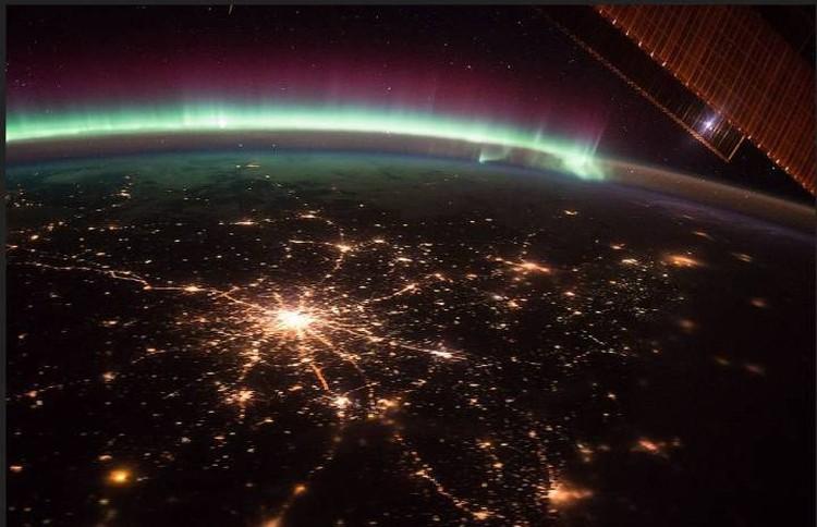 Огни Москвы с борта МКС: видны в радиусе 300 световых лет.