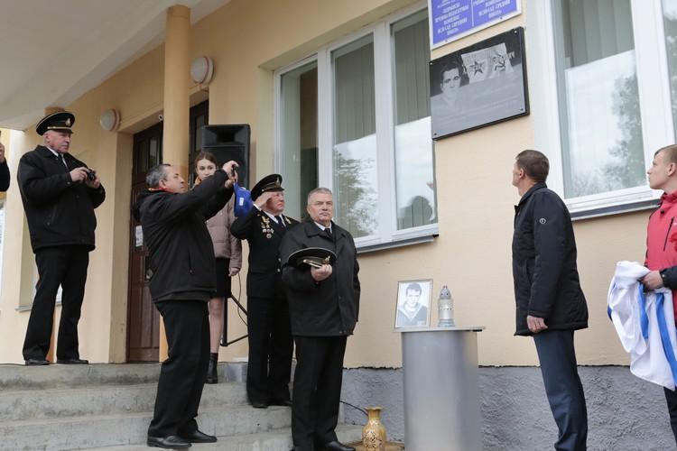 На открытие памятной доски в Хидрах приезжал Валерий Холодилин (в центре, снял фуражку). Фото: Белорусский союз военных моряков, morsouyz.by