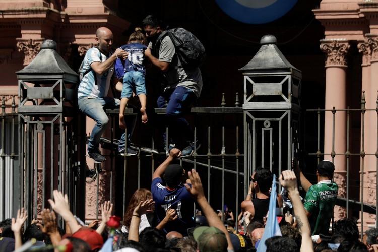 Траурная церемония проходила в президентском дворце при большом стечении желающих проститься