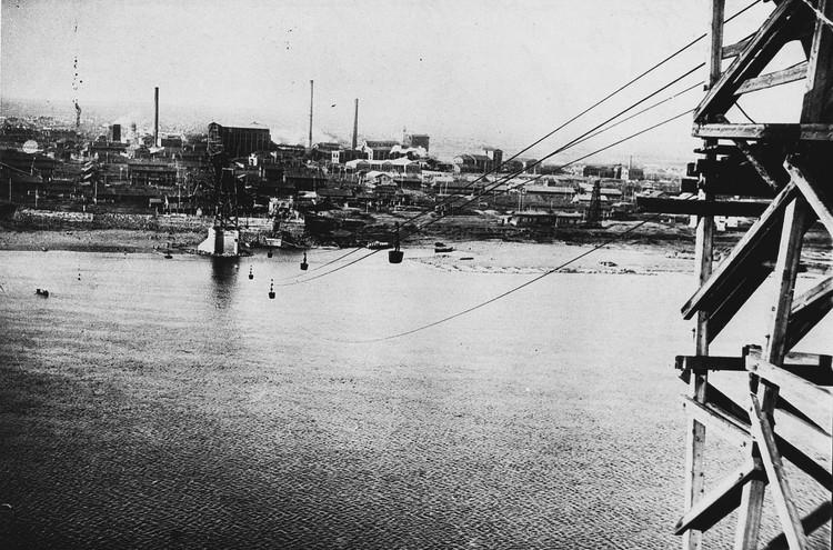 """В 1915 году """"Копикуз"""" протянул через реку канатную дорогу для доставки угля с правого рудничного берега на коксохимзавод на левом берегу. Фото: музей-заповедник """"Красная горка""""."""