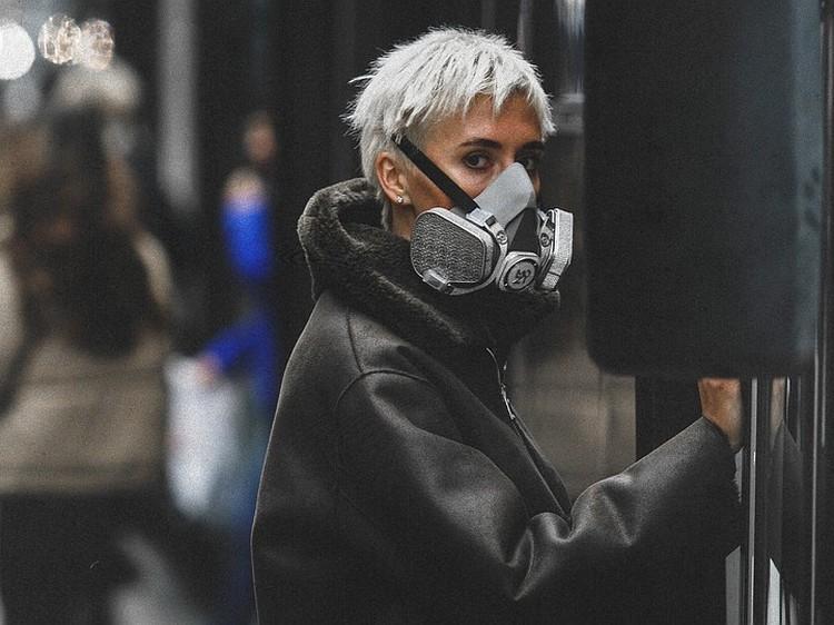 Поверьте, в таком респираторе вы будете всегда в центре внимания. Особенно в метро на фоне людей в масках за 10 рублей. Фото: Марк Маркер