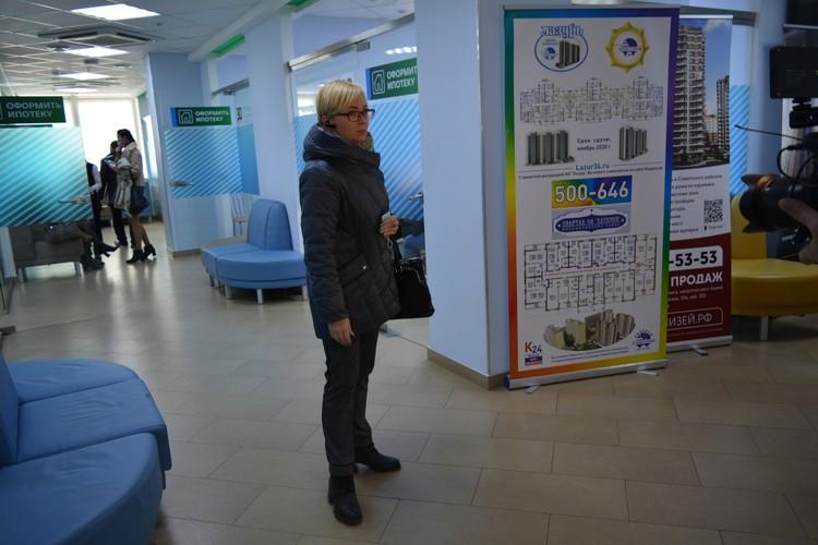 Романа Гребенюка до смерти избили в присутствии десятков людей в центральном банке Волгограда. Коллега Романа Светлана Кондратьева показывает то самое место.