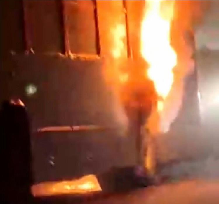 Автобус загорелся в районе улицы Бархатовой. Фото: «Инцидент Омск»