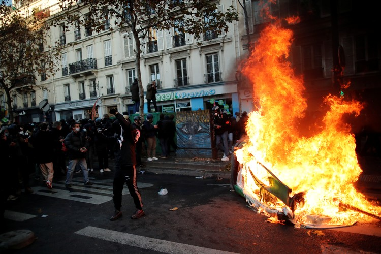 Беспорядки устроила многочисленная группа людей в черной одежде