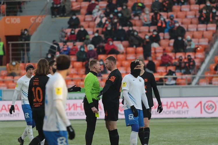 Ветеран отечественного футбола Владимир Рыков получил желтую карточку в начале первого тайма. «Урал»