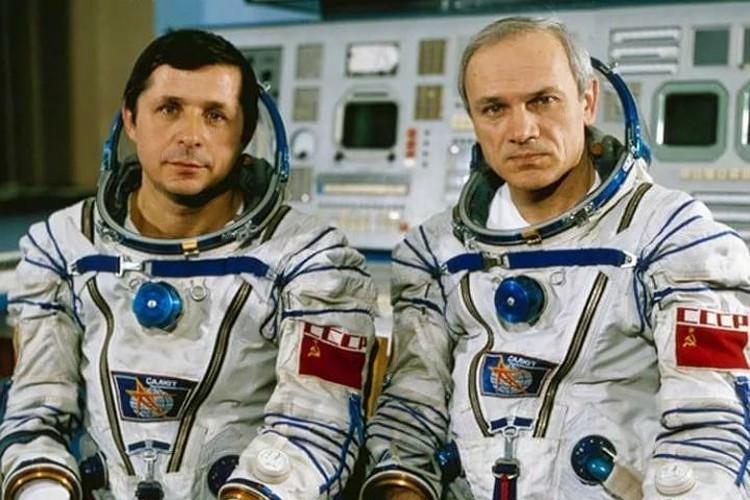 Космонавт Виктор Савиных (слева) в 1960 году служил в Ивделе. Фото из личного архива.