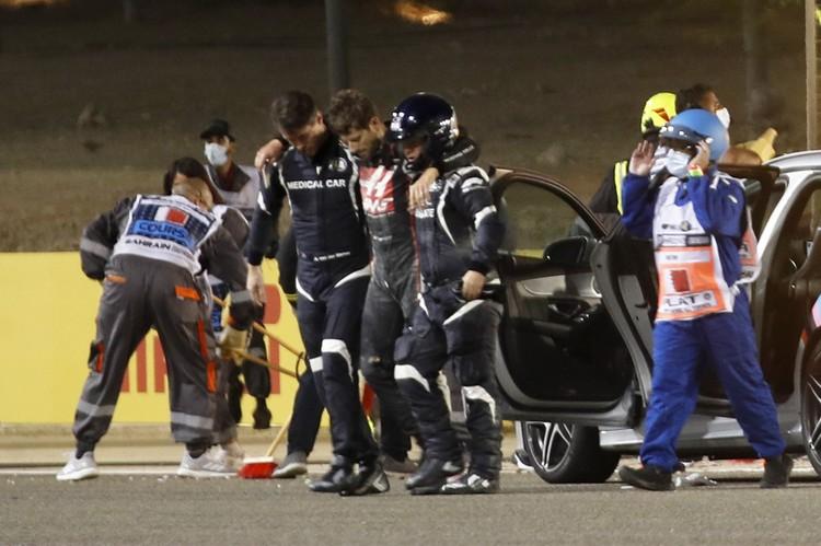Но гонщику удалось выжить. Он сам выбрался из полыхающих обломков машины, и сумел избежать серьезных травм.
