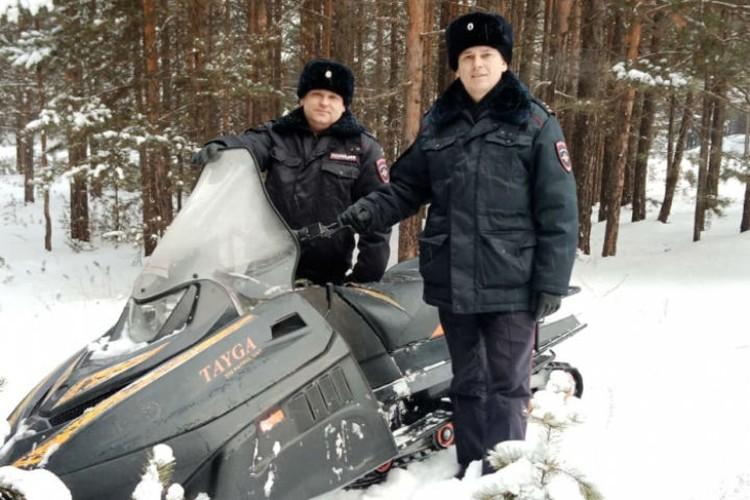 Полицейские Дмитрий Зверев (справа) и Денис Рыков вовремя успели на помощь. Фото: ГУ МВД России по Иркутской области