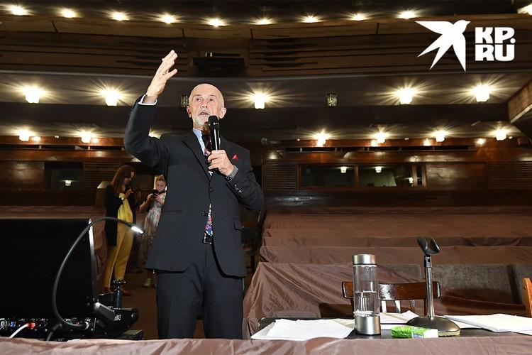 Эдуард Бояков во время репетиции в зале МХАТ им. Горького.