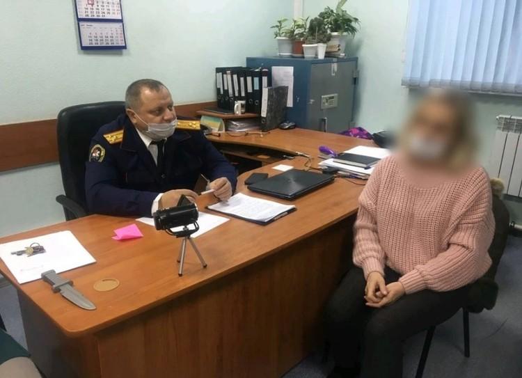 Подозреваемая в кабинете следователя су СКР по Саратовской области