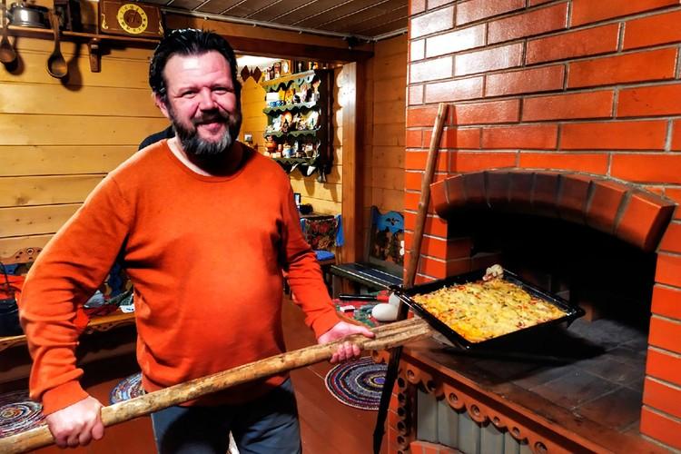 Печка не только для антуража, но и для готовки. Все функционирует, как надо