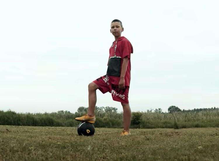 Серега показал детей, играющих в футбол
