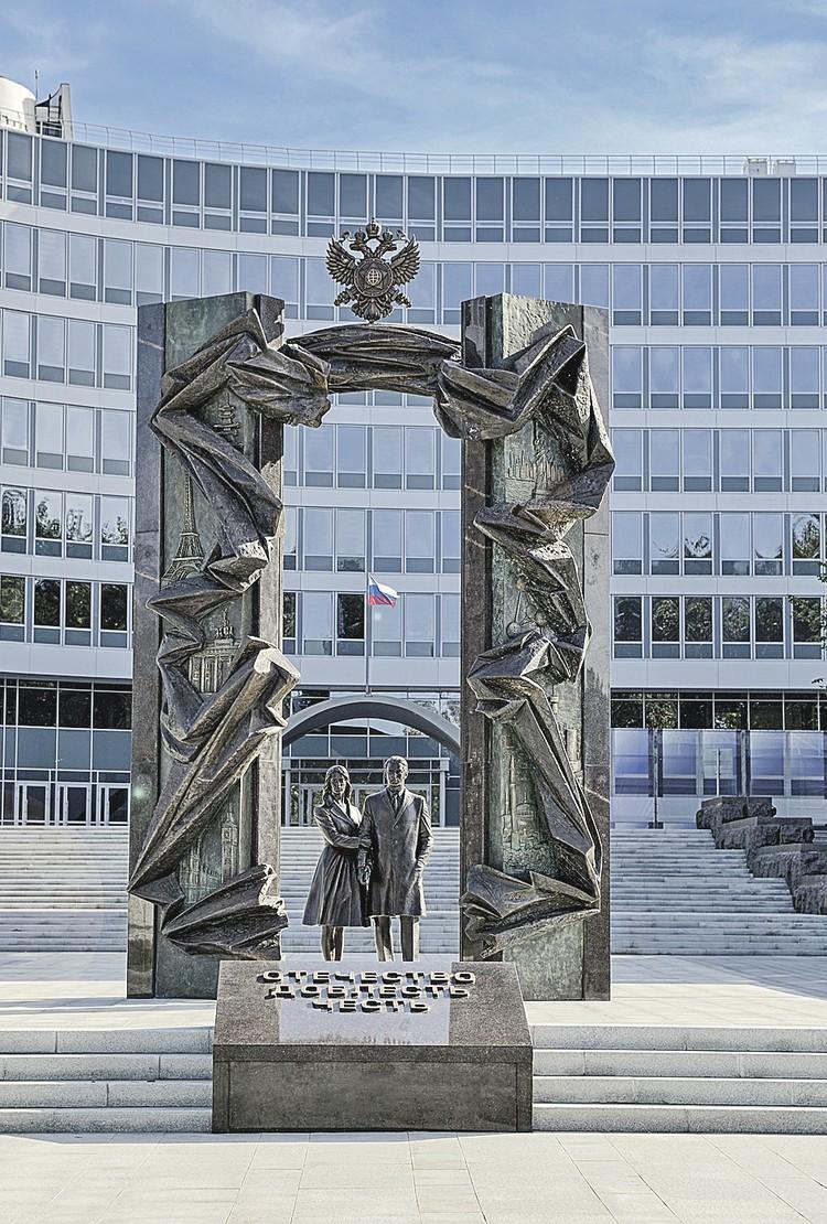 Памятник перед зданием штаб-квартиры СВР, на котором среди других героев-разведчиков увековечены имена тех, кто помог обеспечить ядерный паритет нашей страны с Западом. Фото: Пресс-бюро СВР