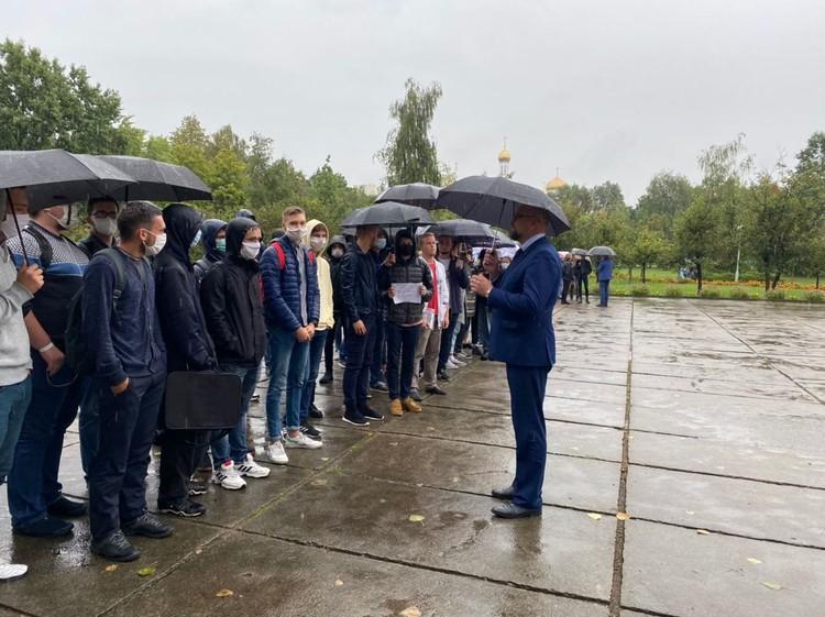 Студенческая акция протеста против насилия в сентябре. С учащимися разговаривает уже бывший ректор Драган. Фото: телеграм-канал Khliabets