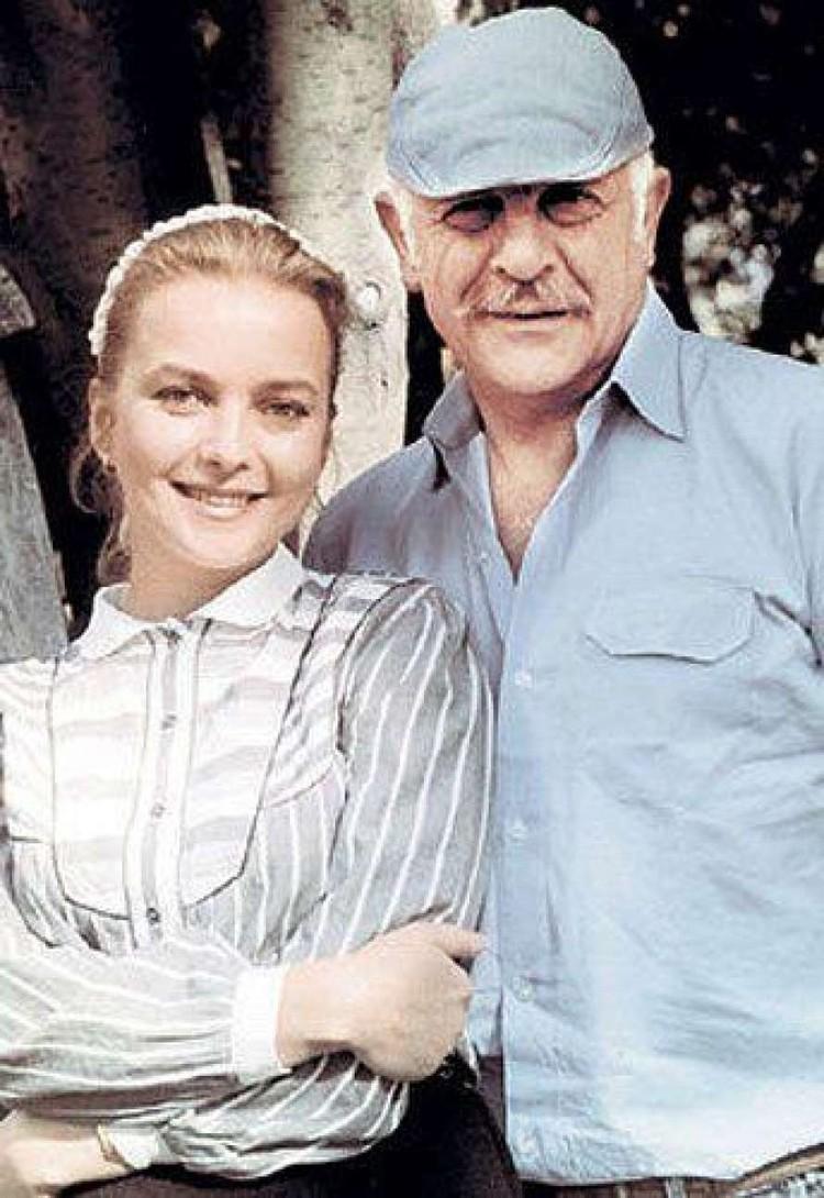 На премьере фильма «Москва слезам не верит» Наталья познакомилась со своим будущим мужем - режиссером Самвелом Гаспаровым