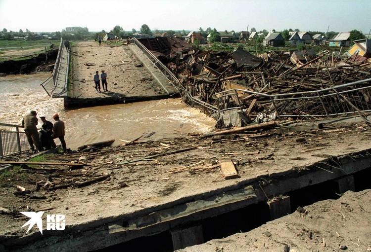 Спасатели работают на наводнении вблизи города Серова Свердловской области