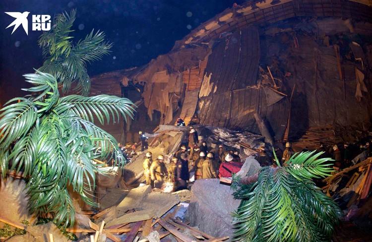 Спасатели оказывают помощь пострадавшим в Трансвааль-парке 14 февраля 2004. В результате обрушения аквапарка погибло 28 человек