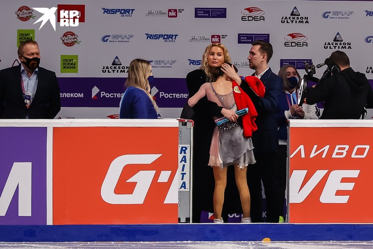 Тренеры приветствуют фигуристку после победной произвольной программы.