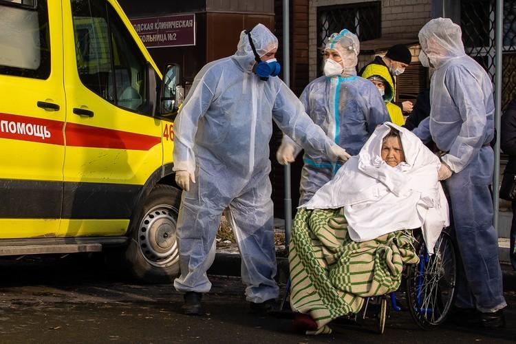 Завернутых в одеяло бабушек и дедушек заворачивали в одеяло и спешно эвакуировали