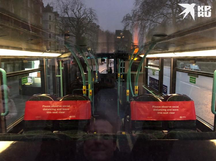 Общественный транспорт пустует. В автобусах места разделены, где можно сидеть, а где нет, чтобы пассажиры соблюдали дистанцию.