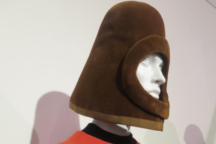 Шляпа-шлем напоминает скафандр космонавта. Фото: предоставлено Александром Васильевым.