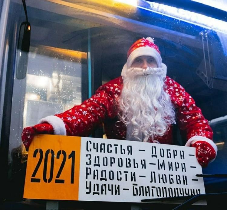 Снимок с троллейбусной вывеской маршрута №2021 появился в сети 31 декабря 2020 года. Фото: сообщество «Троллейбус шинами шуршит»