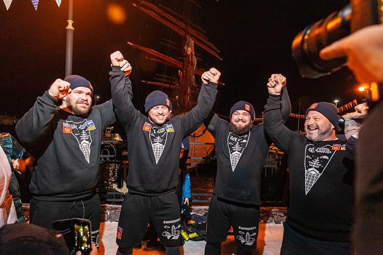 Вместе с другими силачами Леон установил мировой рекорд по буксировке «Седова». Фото: Дмитрий Грачев.