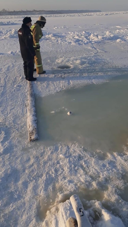 Измеряют уровень воды возле Стрелки Фото: ЧП-Лесосибирск