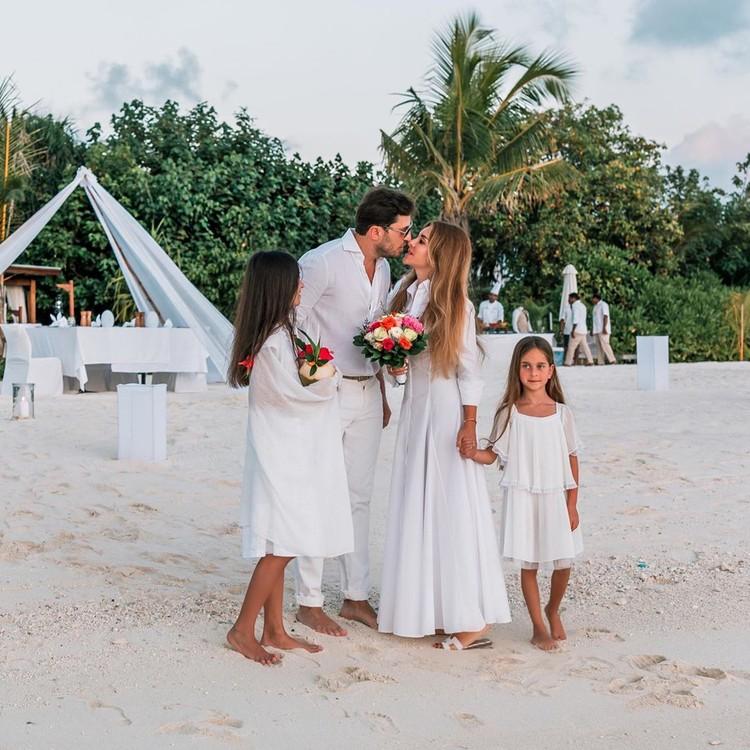 В прошлом году Александр Ревва и его жена Анжелика поженились на Мальдивах уже в четвертый раз. Фото: Инстаграм.