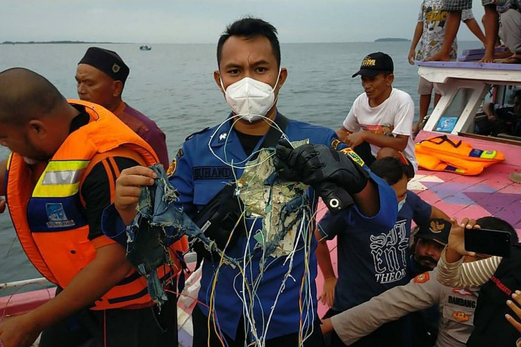 Министр транспорта Индонезии сообщил, что на борту разбившегося лайнера находились 65 человек: 53 пассажира и 12 членов экипажа