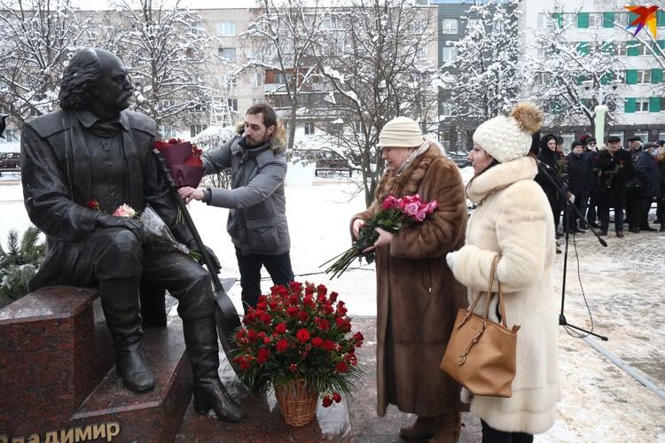 Дети Песняра у памятника отцу.