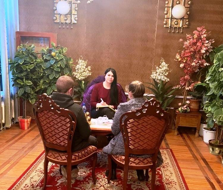Медиатор Варвара Карташова беседует с семейной парой.
