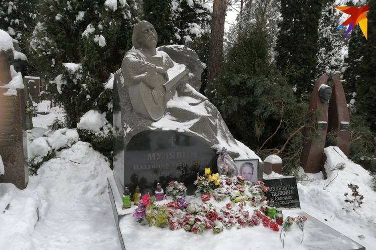 На могиле Владимира Мулявина всегда есть цветы. Фото: Наталья СВЕТЛОВА