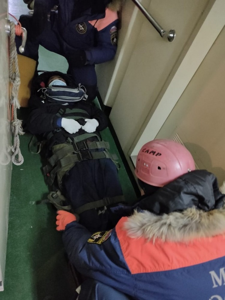Специалистам пришлось работать в сложных условиях. Фото: пресс-служба ДВРПСО МЧС России