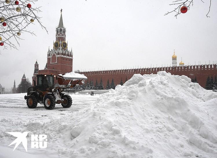 Уборка сугробов у Красной площади.
