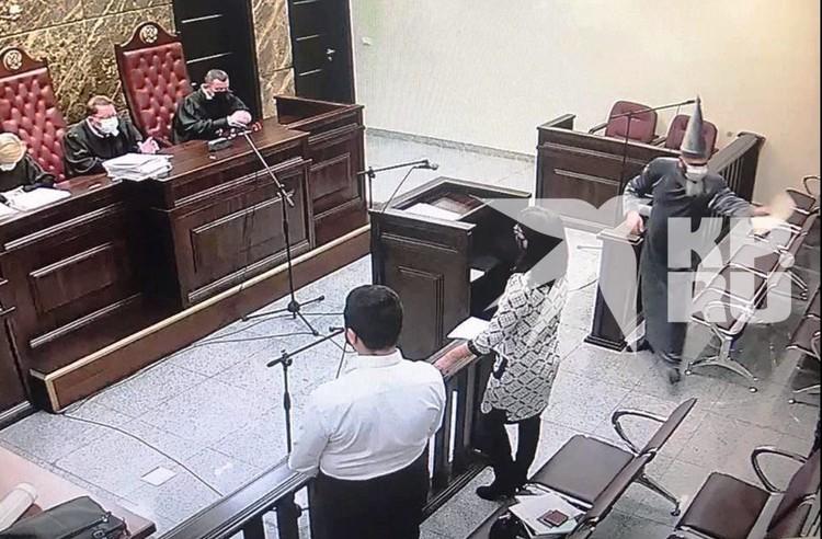 К участию в судебном заседании мужчину не допустили, но его костюм здесь не причем.