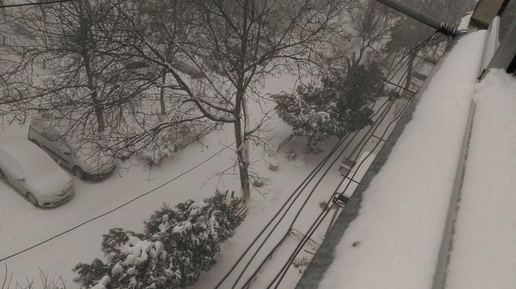 Сильный снегопад начался глубокой ночью и идет до сих пор.