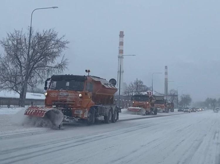 Сразу 4 снегоуборочные машины на Ростовском шоссе.