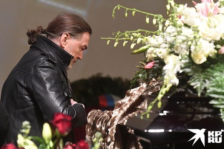 Никас Сафронов у гроба Бориса Грачевского. Крышка гроба была открыта, но на ней было установлено герметичное стекло.