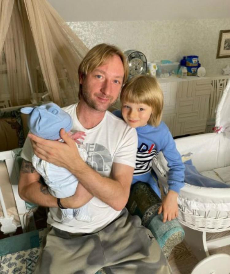 Родители подарили Саше Плющенко брата Арсения.