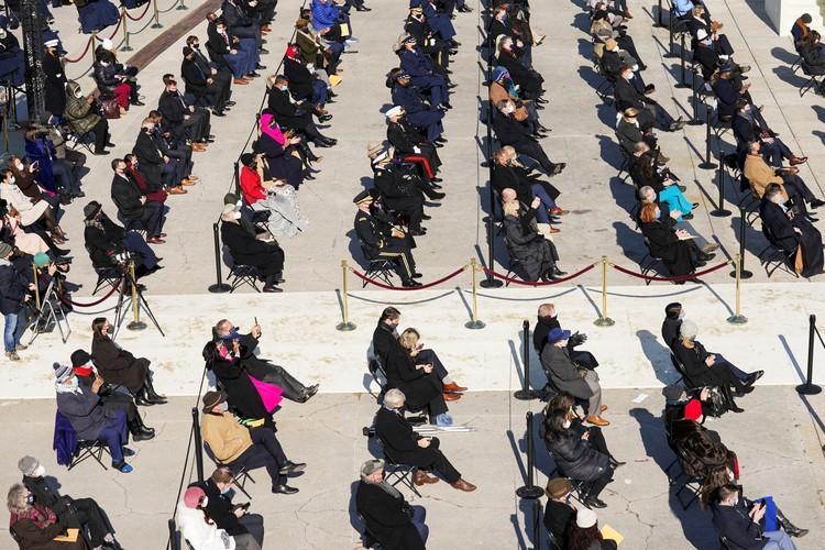 Гостей церемонии рассадили, стараясь соблюдать меры дистанцирования из-за пандемии.