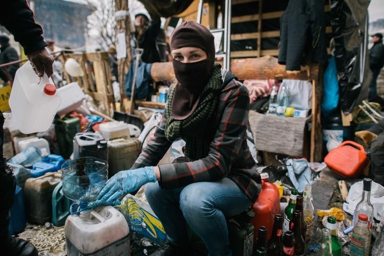 Девушка изготавливает коктейли Молотова, Киев, 2014 год.