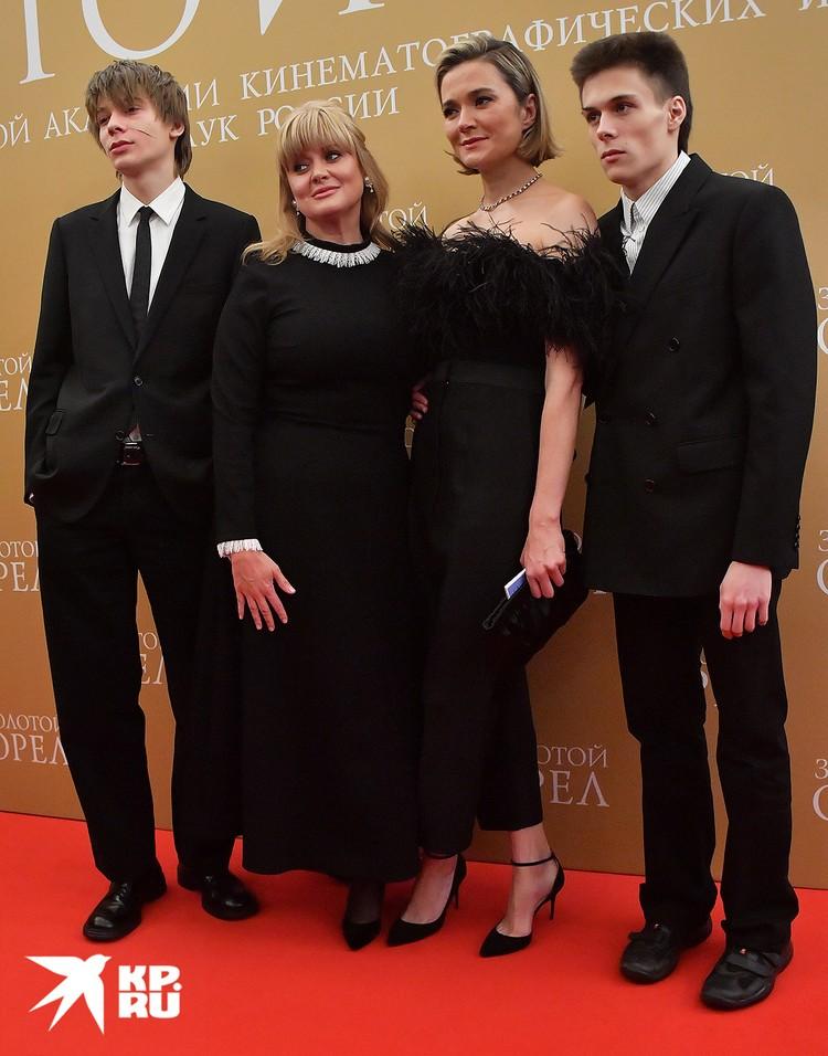 Петр Кончаловский, Анна и Надежда Михалковы и Андрей Баков.