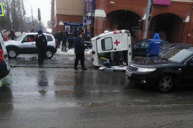 В момент столкновения пациенту в машине скорой помощи проводили реанимацию. Фото Сергея Богданова из группы «Саратов онлайн»